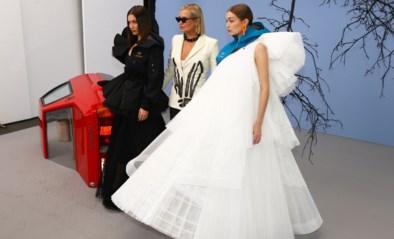 Gigi, Bella en mama Hadid samen op de catwalk