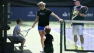 Kim Clijsters staat op het trainingsveld in Monterrey, ook de kindjes nemen een kijkje