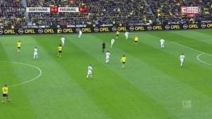 Bizarre beelden uit Duitsland: spelers Bayern München zetten eigen fans op hun plaats en spelen kwartiertje rondo met tegenstander