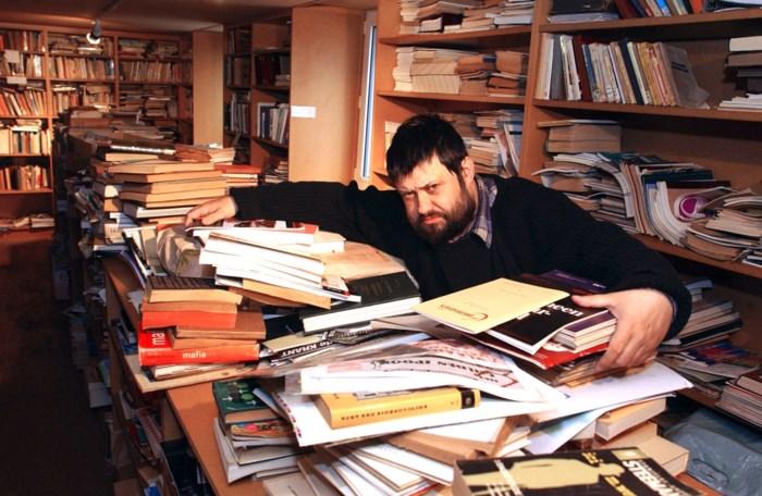 Zijn levenswerk werd zijn dood: Peter (57) sterft in vlammenzee die ook zijn imposante verzameling boeken verslond