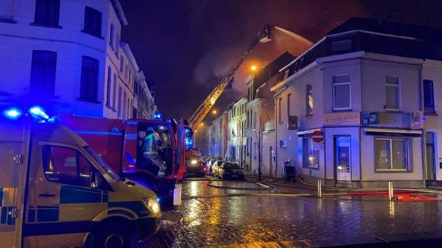 Lichaam gevonden, hele straat geëvacueerd en vier huizen onbewoonbaar na uitslaande woningbrand in Kortrijk