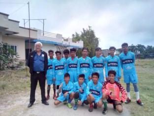 Filipijnse jongeren voetballen in tenues van VK Dadizele
