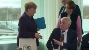 Merkel vergeet belangrijke tip om besmetting te vermijden, minister leert haar een lesje
