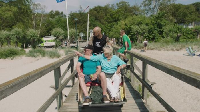 Tom Boonen rijdt met senioren door Denemarken in 'Tom fietst'