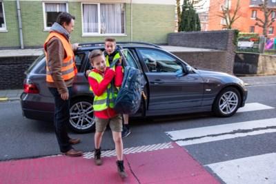 Parkeerellende aan schoolpoort beu? In deze gemeente lossen ze dat op met een limoservice