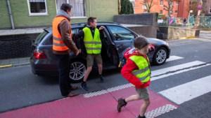 Limoservice aan de school poort:auto dicht, zwaaien en weg wezen