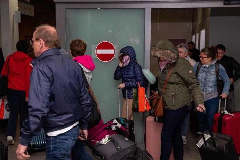 """Alle Belgen die in quarantaine op Tenerife vastzaten, zijn geland in Oostende: """"Geen gevaar op besmetting"""""""