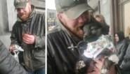 """Dakloze krijgt puppy cadeau van Brusselse twintigers nadat hond gestolen wordt: """"Ze is zo schattig"""""""