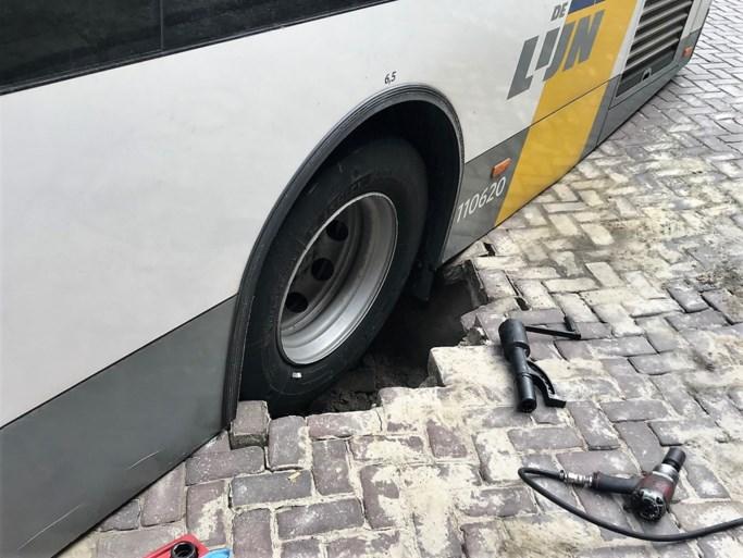 Bus met passagiers zakt door wegdek