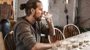 """Onze veganchef test 12 haverdrinks en deelt een 10/10 uit: """"Perfect voor bij de koffie"""""""