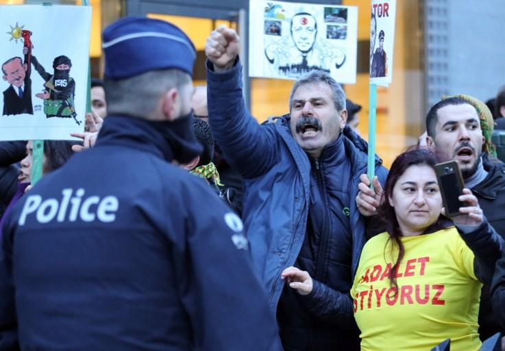 Turkse president Erdogan spreekt aanhangers toe in Brussel, opstootje bij tegenbetoging