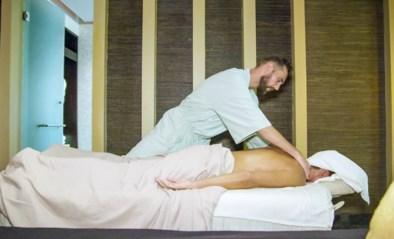 Elkaar massages geven of geblinddoekt eten zoals in 'Blind getrouwd': kan je liefde en verliefdheid echt opwekken?