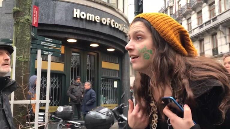 """Politieagent slaat vrouw in gezicht tijdens Brusselse vrouwenmars: """"U zou ons moeten beschermen tegen geweld!"""""""