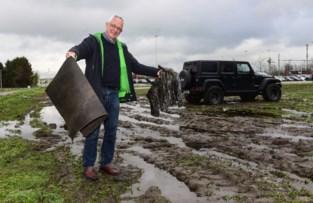 """Reizigers rijden zich vast op modderparking aan station: """"Kan iemand dit oplossen, alstublieft?"""""""