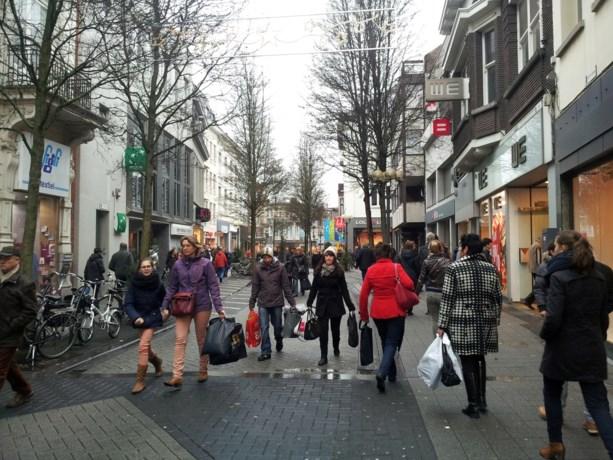 Er zijn nog eerlijke mensen: voorbijganger vindt 10.000 euro in winkelstraat en stapt ermee naar de politie
