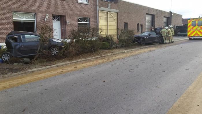 Autobestuurder lichtgewond nadat hij tegen geparkeerde wagen botst
