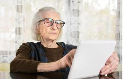 Zwaaien aan het raam, Skype, nieuwsbrieven: zo krijgen rusthuisbewoners en familie toch contact