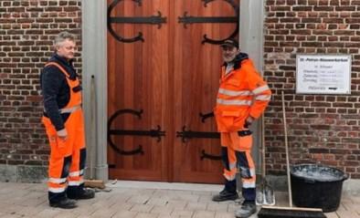 Handige harry's maken eigenhandig nieuwe kerkdeur