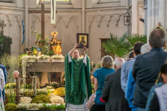 """Creatieve pastoor streamt viering voor gelovigen: """"En de geldophaling kan via Bancontact"""""""