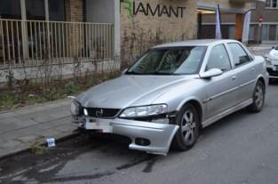 Drie jongeren laten geaccidenteerde auto achter