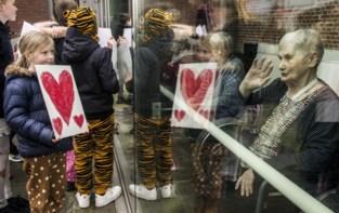 """Kinderen verrassen bewoners rusthuis: """"Klein gebaar dat veel warmte geeft"""""""