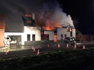 Brandweer moet massaal uitrukken voor zware uitslaande brand in villa, bewoners kunnen ontkomen