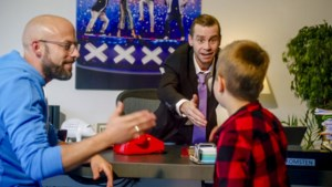 En plots is Sam Gooris baas van VTM: Staf Coppens maakt kinderen weer alles wijs in 'Dat belooft voor later'