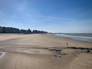 Toeristen geven massaal gehoor aan oproep van gouverneur: plots stuk kalmer op strand en zeedijk