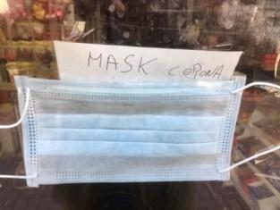 Nachtwinkel slaat munt uit verkoop van mondmaskers en mag zich aan bezoekje van politie verwachten
