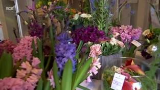 Bloemist Tony brengt alle bloemstukken uit winkel naar bewoners d'Eycken Brug