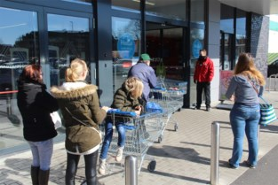 Massa mensen wil nog snel naar winkel: supermarkten nemen extra maatregelen