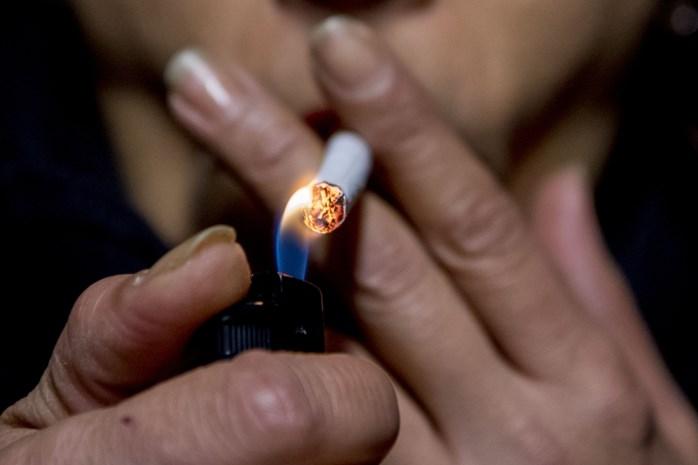Brandende sigarettenpeuk in keldergat gegooid