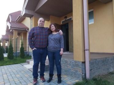 """Ze gingen zonder dochtertje (5) naar begrafenis in Oekraïne, nu raken Filip en Elena niet meer terug: """"We zijn gebroken"""""""