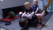 Judoka (en huisman) Dirk Van Tichelt moet inventief zijn in coronatijden en dus gebruikt hij zijn kinderen... als gewichten
