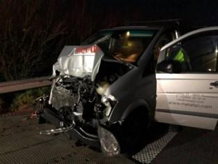 Bestelwagen 200 meter meegesleurd op snelweg bij bizar ongeval