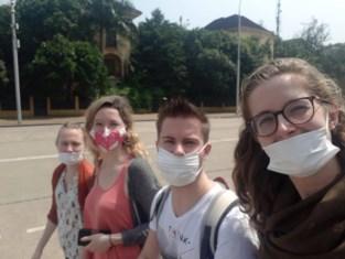 """Ines (26) en Sander (27) racen tegen sluiting van luchthavens: """"Meer kans op besmetting in België, maar we willen niet vastzitten in Vietnam"""""""