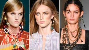 Grote schakels en asymmetrische oorbellen: zomerse juwelentrends op een rijtje