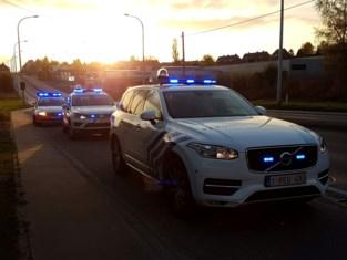 Politie op patrouille met twee combi's, zo kunnen agenten elkaar niet besmetten