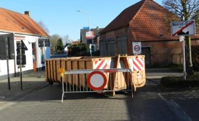 'Cordon' wordt werkelijkheid: sluipwegen afgesloten met containers, dranghekken en barricades