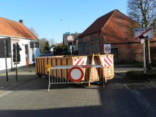 'Cordon' wordt werkelijkheid: Vlaamse sluipwegen afgesloten met containers, dranghekken en barricades