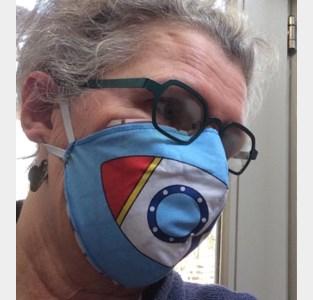 Chris zit al dagenlang aan haar stikmachine en maakt mondmaskers