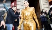 Met veel moeite en gevloek: zo wringt Kim Kardashian zich in haar latex outfit