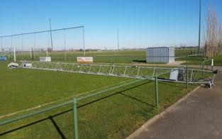 Lichtmast FC Kaprijke-Bentille valt pardoes op veld