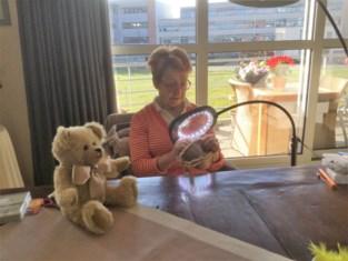 """Hoogdagen voor creatieve Maria (71): """"Zeven beren voor mijn raam, maar ik wissel geregeld. Dan kunnen kinderen vaker op berenjacht"""""""
