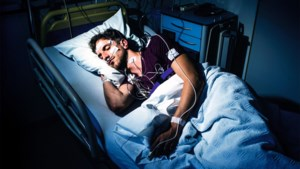 """Onze man beleefde een rotnacht in de slaapkliniek. De conclusie: """"Minder alcohol, minder koffie, minder chocolade en slapen met een rugzak"""""""