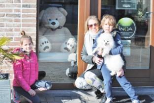 Kinderen houden zoektocht naar knuffelbeertjes onder stralend lentezonnetje