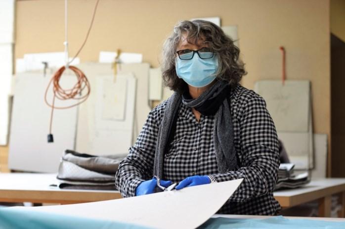 """Matrassenfabrikant doet zijn medewerkers medische schorten stikken: """"We doen dit vanuit ons hart"""""""