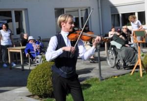 """Violist Stijn speelt concertje in woonzorgcentrum: """"Het doet deugd te zien hoe dankbaar het publiek is"""""""