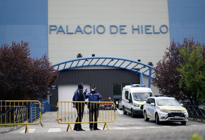 In Spanje is de toestand zo erg dat zelfs een ijspiste wordt omgebouwd tot mortuarium, 1 op 7 Spaanse hulpverleners zelf besmet