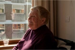 """Sabine (89) overleed naast haar man aan corona: """"Geen afscheid van je kinderen kunnen nemen. Dat is hard"""""""